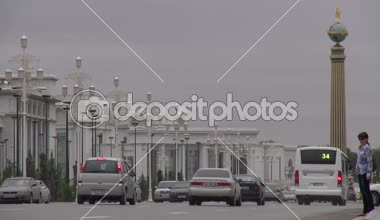 Traffic drives through the streets of Ashgabat — Stock Video