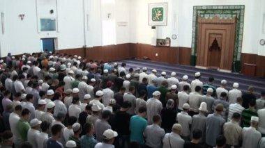 Men attending Friday prayer — Stock Video