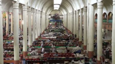 People buy groceries at Panchshanbe bazaar — Stock Video