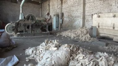 Man operates a cotton cleaning machine — Vídeo de Stock