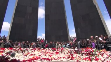 People laying flowers at Armenian Genocide Memorial — Stock Video