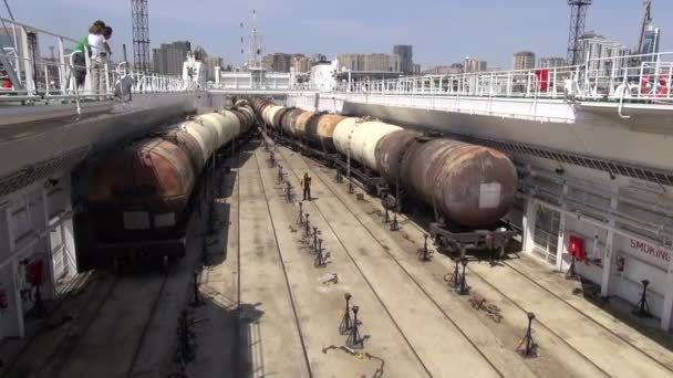 Oil train carriages are pushed on a vessel — Vídeo de stock