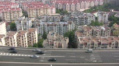 Traffic drives past apartment blocks — Stock Video