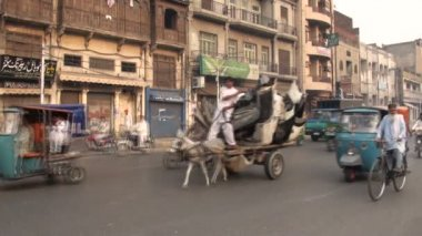 Traffic flows through streets of Lahore. — Stock Video