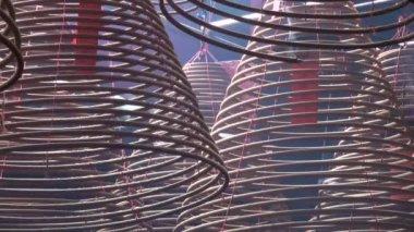 Горящий ладан в храме — Стоковое видео