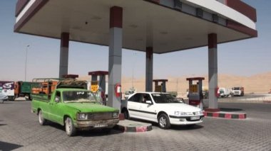 Cars have stopped at a petrol station — Stock Video