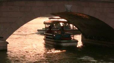 Tourists sail under a bridge — Vídeo de Stock