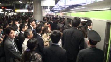 Rush hour at a Tokyo train station — Stock Video