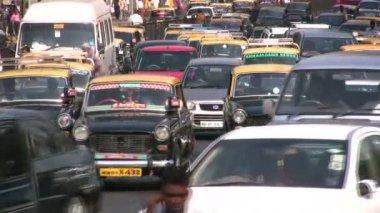 Traffic through the streets in Mumbai — Stock Video