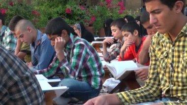 Studenten nehmen teil an eine öffentliche koran-lektion — Stockvideo