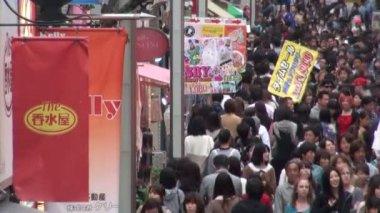 People walk through shopping street — Stock Video