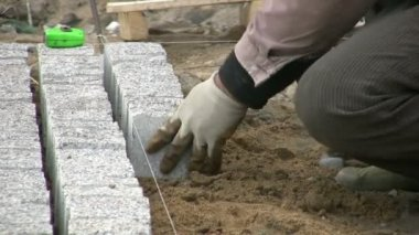 Worker lays bricks — Stock Video