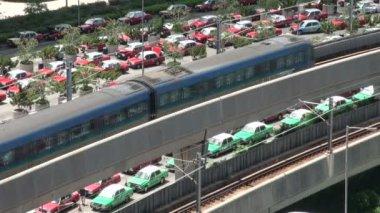 Waiting taxis and a train at Hong Kong — Stock Video