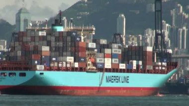 Container ship leaves Hong Kong harbor. — Stock Video