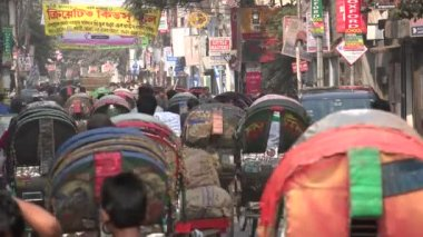 Cycle rickshaws through bazaar — Stock Video
