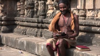 Man browses smartphone — Stock Video