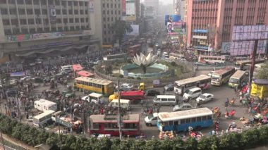 Junction during rush hour in Dhaka — Stock Video