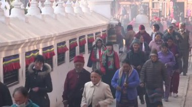 Visitors walk around the Boudhanath stupa — Stock Video