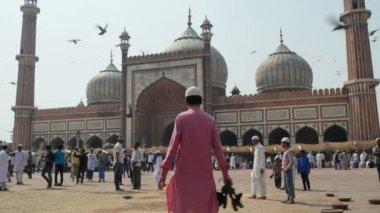 People visit the Jama Masjid in Delhi — Stock Video