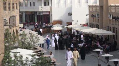 People visit bazaar in Doha — Stock Video