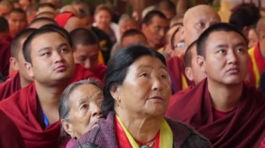 Devotees listen to a speech of the Dalai Lama — Stock Video