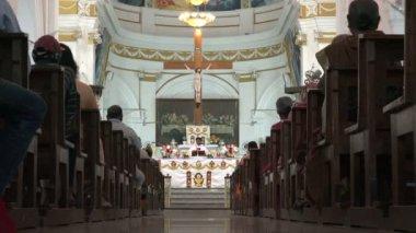 Ludzie attenda Kościół Msza w katedrze — Wideo stockowe