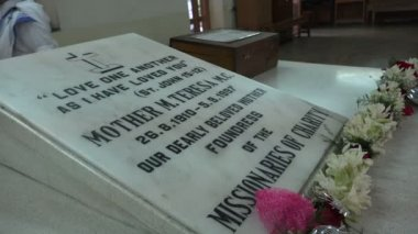The grave of Mother Teresa in Kolkata — Stock Video