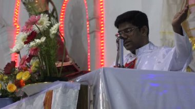 An Indian priest gives a speech — Stock Video
