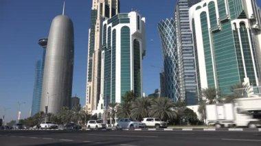 Traffic drives towards Doha skyline — Stock Video