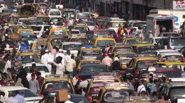 Busy traffic near a market in Mumbai — Stock Video