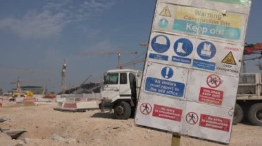 Safety instructions for a construction site in Doha, Qatar — Stock Video