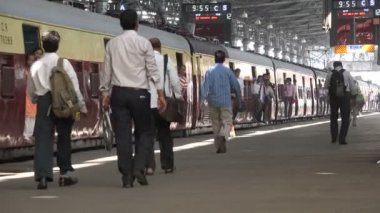 Commuters at the Victoria Terminus railway station — Stock Video