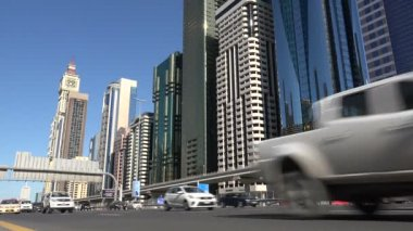 Traffic drives through the financial centre of Dubai — Stock Video