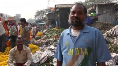 Man at the Kolkata flower market — Stock Video