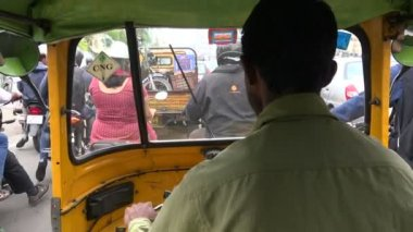 A rickshaw drives the streets of Hyderabad — Stock Video