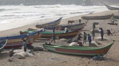 Fishermen repair and unravel fishing nets — Vídeo de Stock
