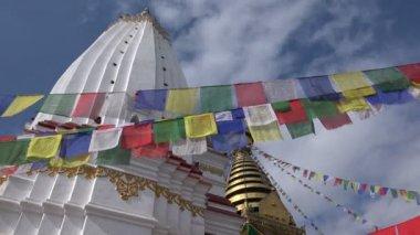 Drapeaux de prières devant le temple de swayambhunath — Vidéo