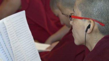 正体不明の僧侶は、テキストを読み取る — ストックビデオ