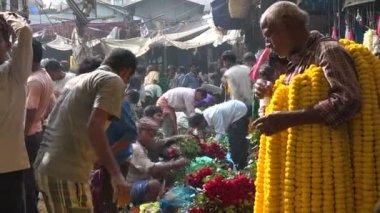 Les travailleurs portent des fleurs — Vidéo