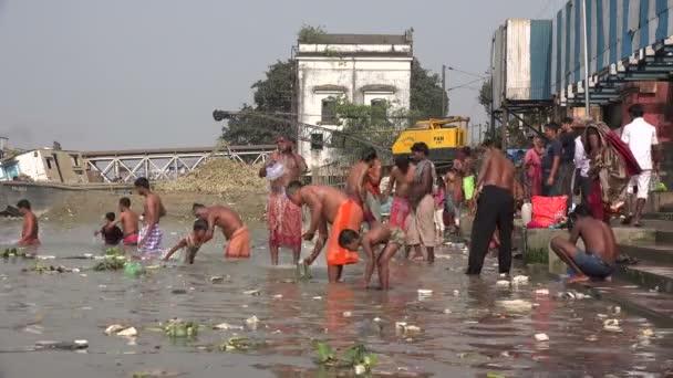 Los hombres toman un baño en un ghat de bañarse — Vídeo de stock