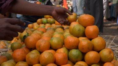 Oranges à vendre à un grand marché — Vidéo