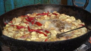 Frying spicy potatoes at a market — Stock Video