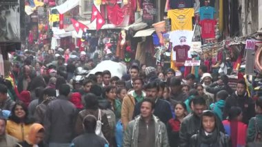 Large crowds visit the popular street — Wideo stockowe