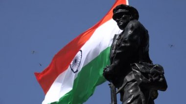 The Indian flag behind a statue of a soldier — Stock Video