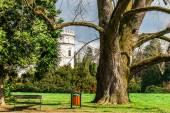 Castello nel verde del parco giardino — Foto Stock