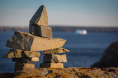 Inukshuk symbol on a boulder in Newfounland and Labrador — Stock Photo