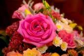 Anillos de boda y flores — Foto de Stock