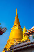 Bangkok, Thailand. Golden stupa on the background of blue sky. — Stock Photo
