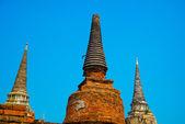 Starobylé paláce na pozadí modré oblohy. Ayutthaya Thajsko. — Stock fotografie