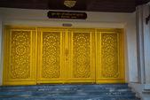 Porta de ouro no templo budista da cidade de Nakhon Ratchasima. Tailândia. — Fotografia Stock